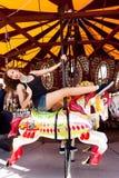 Menina que tem o divertimento no parque de diversões Fotos de Stock Royalty Free