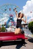 Menina que tem o divertimento no parque de diversões Fotografia de Stock