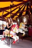 Menina que tem o divertimento no parque de diversões Imagens de Stock