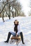 Menina que tem o divertimento no sledge Imagem de Stock