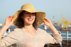 Menina que tenta na palha na plataforma do navio de cruzeiros Imagem de Stock Royalty Free