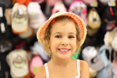 Menina que tenta Panamá na loja e no sorriso imagens de stock royalty free