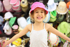 Menina que tenta Panamá na loja e no sorriso imagem de stock