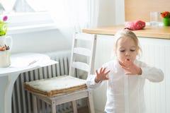 A menina que tenta secá-la pintou recentemente pregos do dedo Fotografia de Stock