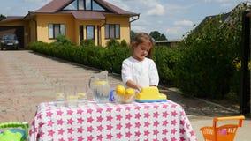 Menina que tenta vender a limonada video estoque