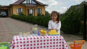 Menina que tenta vender a limonada filme