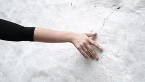 Menina que toca na parede filme
