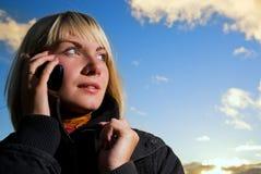 Menina que tolking no telefone Fotos de Stock
