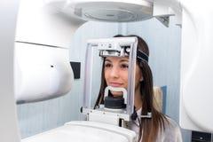 Menina que toma a 3D digital o raio X dental panorâmico fotos de stock royalty free