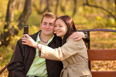 Menina que toma a foto com telefone móvel Imagens de Stock