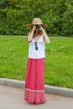 Menina que toma fotos Fotos de Stock Royalty Free