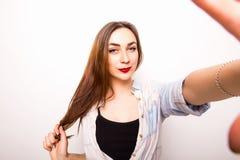 menina que toma a imagem de Selfie das mãos Fotos de Stock