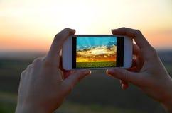 Menina que toma imagens com o telefone esperto móvel Imagens de Stock Royalty Free