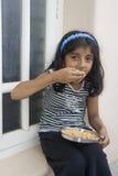 Menina que toma o alimento imagens de stock royalty free