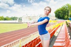 Menina que toma o exercício fora Imagem de Stock