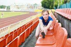 Menina que toma o exercício fora Imagens de Stock