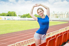 Menina que toma o exercício fora Fotos de Stock Royalty Free