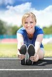 Menina que toma o exercício fora Foto de Stock