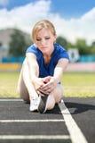 Menina que toma o exercício fora Imagem de Stock Royalty Free