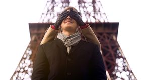 Menina que toma o noivo amado pela surpresa na data, fechando seus olhos de atrás Foto de Stock