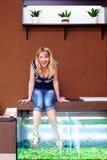 Menina que toma o tratamento do pedicure dos peixes, procedimento dos termas do garra do rufa Fotografia de Stock