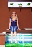 Menina que toma o tratamento do pedicure dos peixes, procedimento dos termas do garra do rufa Fotos de Stock