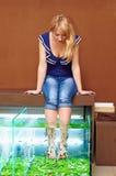 Menina que toma o tratamento do pedicure dos peixes, procedimento dos termas do garra do rufa Imagens de Stock