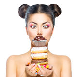 Menina que toma a pilha de anéis de espuma e de queque coloridos Imagens de Stock Royalty Free