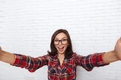 Menina que toma a Selfie a câmera esperta da foto do telefone entusiasmado Fotografia de Stock