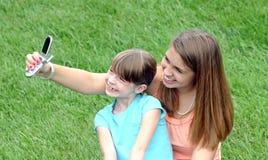 Menina que toma um retrato Fotografia de Stock