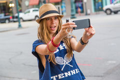 Menina que toma um selfie Imagem de Stock Royalty Free