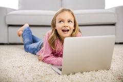 Menina que trabalha com um portátil Imagem de Stock Royalty Free