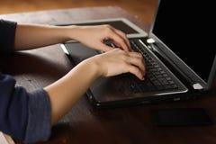 Menina que trabalha em um portátil Fotografia de Stock