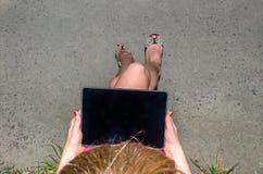 Menina que trabalha em um tablet pc Imagem de Stock Royalty Free