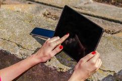 Menina que trabalha em um tablet pc Fotografia de Stock