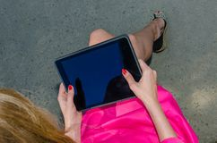 Menina que trabalha em um tablet pc Foto de Stock