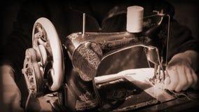 Menina que trabalha em uma máquina de costura antiga filme