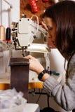 Menina que trabalha na máquina de costura Imagens de Stock Royalty Free