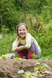Menina que trabalha no jardim fotos de stock