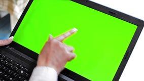 Menina que trabalha no portátil, tabuleta no tela táctil da estação de ancoragem com o chanel alfa do ann da chave verde do cromo video estoque