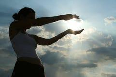 Menina que trava o sol Foto de Stock Royalty Free