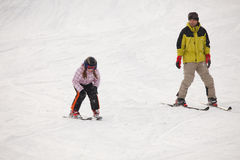 Menina que treina o esqui alpino Fotos de Stock