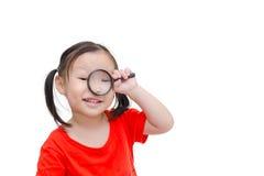 Menina que usa a lupa sobre o branco fotografia de stock
