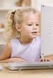 Menina que usa o computador Foto de Stock Royalty Free