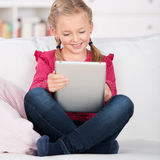 Menina que usa o computador da tabuleta Imagens de Stock Royalty Free