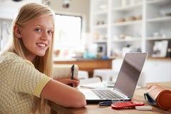 Menina que usa o laptop em casa Fotografia de Stock Royalty Free