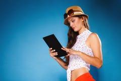 Menina que usa o leitor do eBook do tablet pc Foto de Stock
