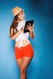 Menina que usa o leitor do eBook do tablet pc Fotos de Stock