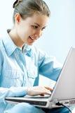 Menina que usa o portátil Imagens de Stock Royalty Free