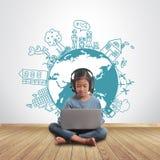 Menina que usa o portátil com conceito criativo do ambiente do desenho Imagens de Stock
